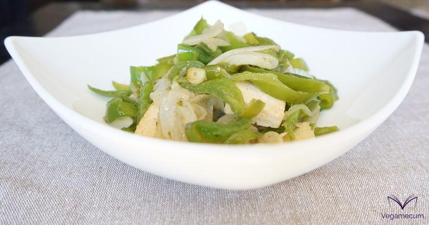 Tofu con pimiento verde, cebolla yajo al toque de pimienta negra y orégano
