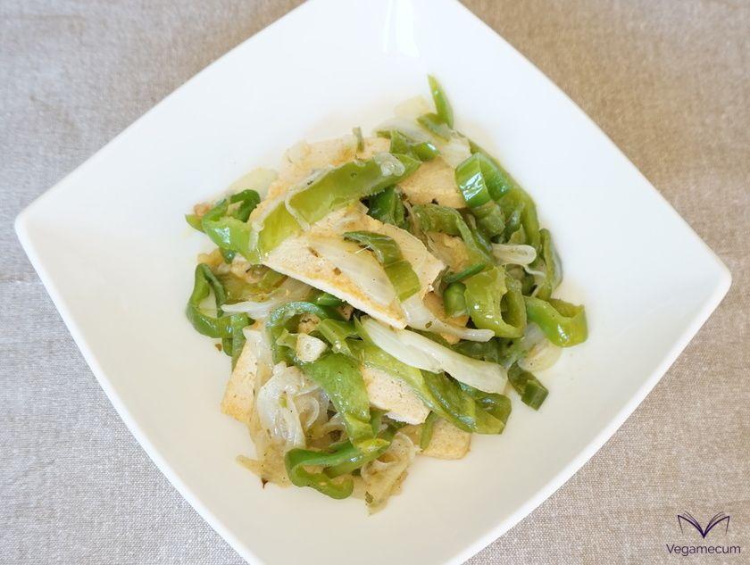 Plato de tofu con pimiento verde, cebolla y ajo al toque de pimienta negra y orégano listo!