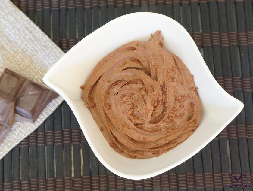 Plano cenital de la mousse de chocolate lista