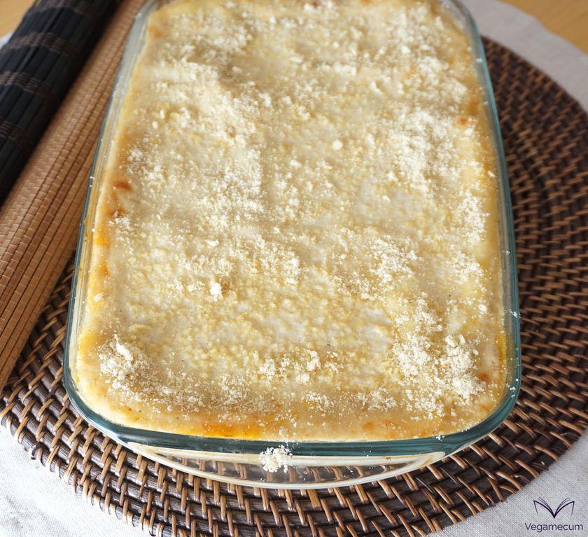 Lasaña de calabaza y setas con nueces recién salida del horno con parmesano de anacardo