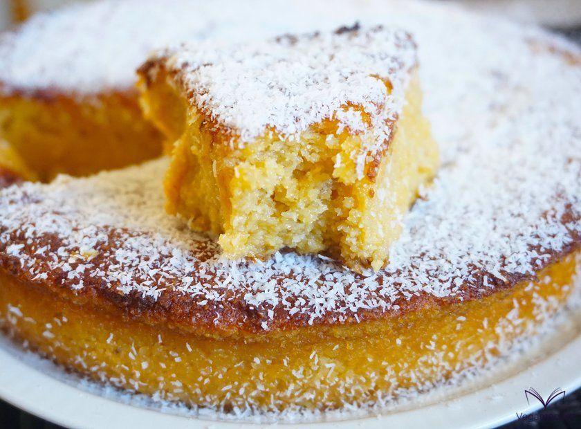 Detalle corte de tarta de calabaza y coco