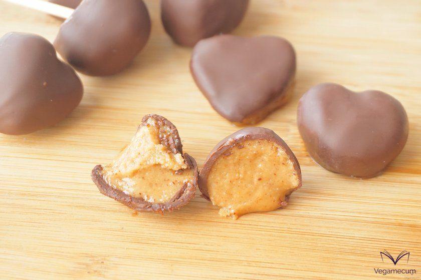 Detalle del relleno de mantequilla de cacahuete y caramelo de dátil