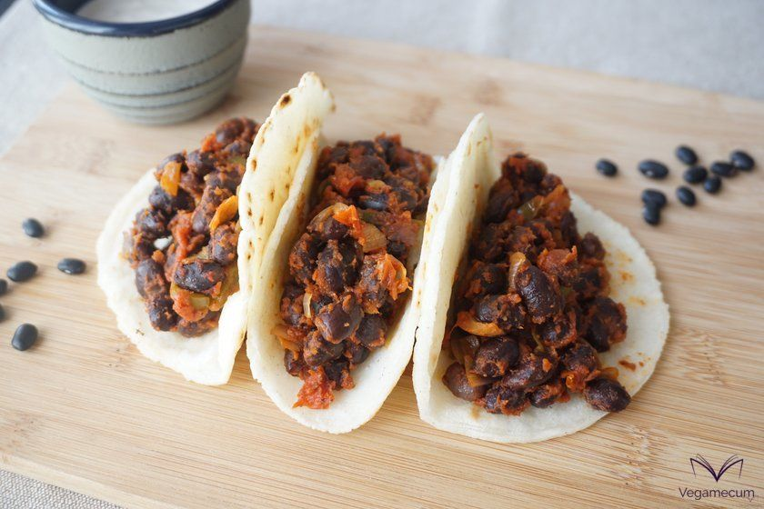 Detail of the filling of the spicy tacos of black beans