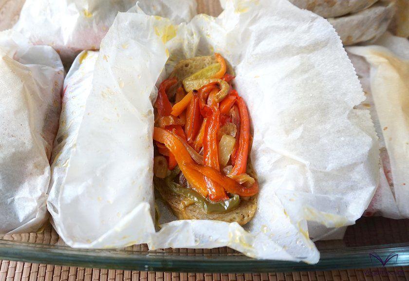 Seitán con verduras en papillote recién salido del horno