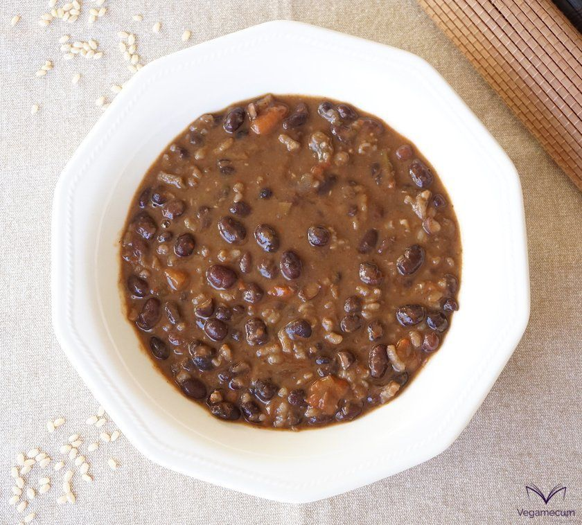 Plano cenital de Estofado picante de alubias negras con arroz